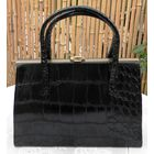 Винтаж: 1950 Мок Croc черная Сумка кошелек-Сумочка либо лакированный женский клатч. Каркасный аппарат: латунь. Винил, искусственная кожа. Сумка в хорошем состоянии, но утерян длинный наплечный ремень.