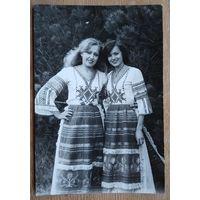 Фото девушек в народной одежде. 1970-80 г. 9х14 см