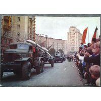 Население ГДР приветствует советские военные части, принимавшие участие  в параде. 1970-е. Большой формат.
