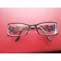 Очки с диоптриями. Примерно -3.