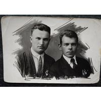 Фото юношей со знаками ОСОАВИАХИМа. Июнь 1935 г. 9х14 см.