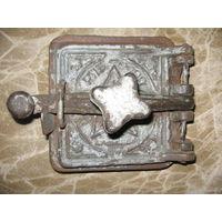 Старая маленькая печная дверца со звездой
