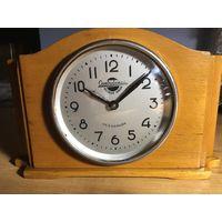 Часы настольные! На ходу и комплектные! 50 х годов!