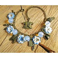 Браслет ручной работы с голубыми цветочками и лунным камнем
