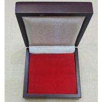 Футляр для монет универсальный деревянный с ложементом 80х80 мм