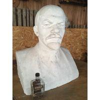 Бюст В.И.Ленина огромный!