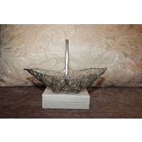 Мельхиоровая корзинка-конфетница, времён СССР, элементы скани, высота 14 см., без дефектов.