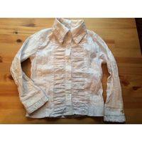 Рубашка с вышивкой на девочку рост 128 см. Очень интересная модель. Цвет белый бу в хорошем состоянии. Длина 43 см, длина рукава 41 см, ПОгруди тянется 35-37 см.