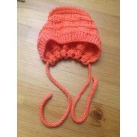 Очаровательная шапочка на новорожденную малышку. Насыщенно-оранжевого цвета. ОГ регулируется сборкой сзади. Ручная вязка. Состояние новой. Очень милая и красивая.