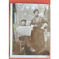 Фото двух мужиков с баяном и кинжалом. 1937 г. 9х12 см