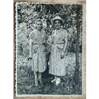 Фото женщин в парке. 1950-е г. 8х11 см