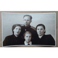Фото капитана с семьей. 1950-е. 8х13 см.