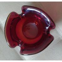 Конфетница из толстого красного стекла Очень тяжелая высота 10 см
