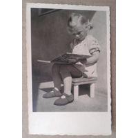 Девочка читает. Дети. Германия. 1950-е. Подписана