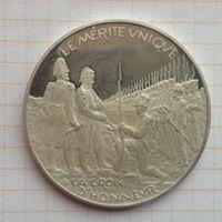 """Большая серебряная медаль """"Наполеон вручает Крест почета своему гвардейцу."""""""