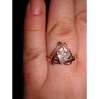 Золотое кольцо со вставкой кубический цирконий треугольный.