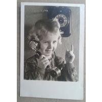 Девочка разговаривает по телефону. Дети. Германия. 1950-е. Подписана.