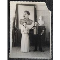Фото из СССР. Музыкальный дуэт на фоне вождя. 1951 г. 8.5х11.5 см