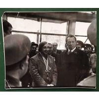 Фото Машерова П.М. и олимпийского чемпиона 1976 г. Валерия Шария при посещении легкоатлетического манежа в Уручье. 1970-е. 13х16 см.