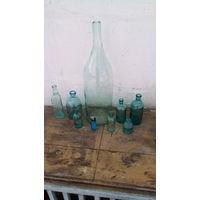 Набор старых стеклянных пузырьков