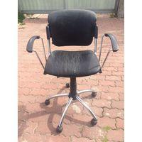 Кресло парикмахерское, с гидравликой. Кресло б/у, необходима перетяжка. У меня есть отличный мастер, перетянула в прошлом году кресла у него всего по 60,00 рублей за штуку.