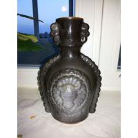 Оригинальная ваза с красивой окантовкой по бокам.