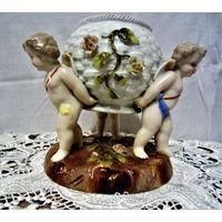 Sitzendorf, Voigt 1850 -1900 фарфоровая фигура: три ангела держат вазу в форме корзины украшенной цветами. Раритетная композиция.Оригинал , антикварная ..