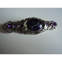 Брошь винтажная  со стразами и вставкой в фиолетовых тонах.Штампованная филигрань под серебро. 6,5х2 см.