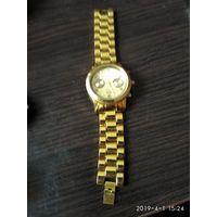 Часы наручные кварцевые с металлическим браслетом всё изделие золотого цвета.MICHAEL KORS копия.