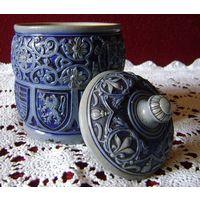 Керамика.Старинная ваза с европейскими гербами.Резьба
