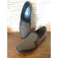 Брендовые туфли SRATEGIA на 38.5 размер на ногу средней полноты. Оригинал. По стельке примерно 26 см. Натуральная кожа отличного качества, красиво украшена металлическими точками. Цвет Черный