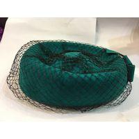 Шляпка таблетка драпированная вуалью изумрудный цвет