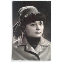 Фото красивой девушки в головном уборе. 1966 г. 9х14 см.