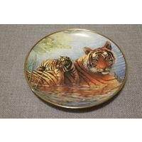 Тарелка коллекционная интерьерная (Afternoon Swim. Royal Doulton Тигр с тигренком) Англия. D=20,5 см.