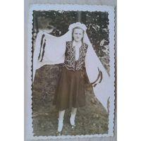 Фото девушки в национальной одежде. 1950-е г. 5.5х8.5 см.