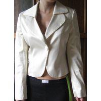 Пиджак 42 нарядный . Интересный крой.  Смотрится очень эффектно.