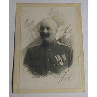 Старинная фотография офицера с наградами