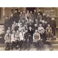 Большое фото беларуских школьников с подписью 1930 год
