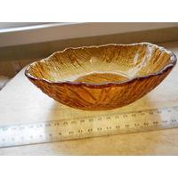 Конфетница выглядит как будто из янтаря. Салатница, высокое блюдо. Диаметр 19.5 смвы