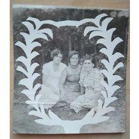 Фото трех женщин. 1930-е. 7.5х8 см.