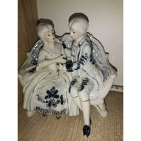 Статуэтка фарфоровая.Пара кавалер с дамой на диване.