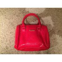 Красивая сумка небольшого размера из лаковой кожи красного цвета и молочного цвета, размер 24 на 20 см. Новая.