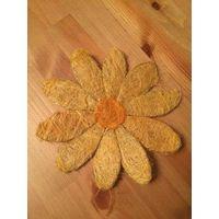 Красивый плетеный цветок диаметром 20 см, покупала в Италии. Отличное качество, очень красивые. Можно украсить комнату, у меня дома висят на стенах.