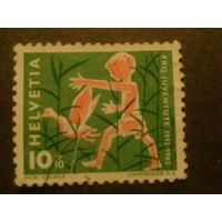Швейцария. 1962г. ребенок ловит птицу.