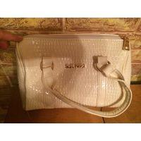 Красивая сумка небольшого размера из лаковой кожи бежевого цвета, размер 24 на 20 см. Новая.