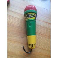Микрофон пластиковый, не музыкальный, длина 15 см, отлично помещается в детской ручке. Лежит дома без дела, не пользовалась.
