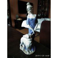 """Фарфоровая статуэтка""""Дама на прогулке с борзой""""Китай."""