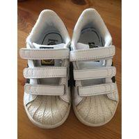 Кроссовки Adidas, размер 8K (по стельке 15,5-16 см). Отличное состояние носили недолго, стали малы. Кожа натуральная, носик - резиновый.