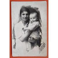 Фото женщины с ребенком. 1927 г. 8.5х13 см