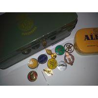 Две оригинальные жестяные коробочки из Европы со значками. Много нужных предметов! Распродажа коллекции!